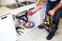 厨房的水管工 库存图片