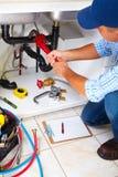 厨房的水管工 免版税图库摄影
