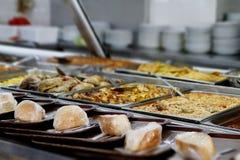 厨房盘和烹调在食物酒吧 库存图片