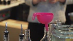 厨房看法有几个玻璃瓶的有桃红色漏斗的投入了他们中的一个 股票视频