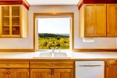 从厨房窗口的惊人的看法 乡间别墅内部 免版税库存图片