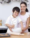 厨房笑的母亲儿子 库存照片