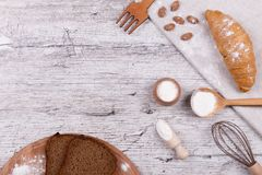 厨房设备和甜酥皮点心 免版税库存照片