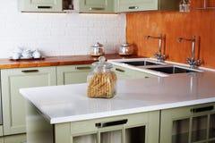 厨房设计浅绿色的灰色普罗旺斯与龙头的两个水槽开户面团桌 免版税库存图片