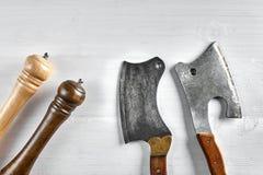 厨房轴,刀子,砍肉刀,有木把柄的切削刀 在轻的背景的轴用香料 肉的轴 葡萄酒 免版税库存图片