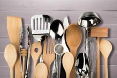 厨房金属和木器物在背景 免版税库存照片