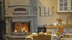 厨房,在那里厨房是壁炉火炉和俄国式茶炊 股票视频