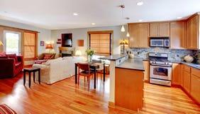 厨房,城市家的用餐和客厅 免版税库存照片