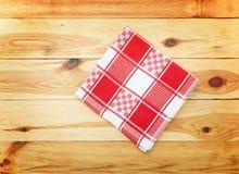 厨房 与空的红色桌布的木厨房用桌晚餐的 免版税图库摄影