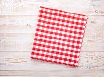 厨房 与空的红色桌布的木厨房用桌晚餐的 图库摄影