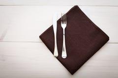 厨房 与空的红色桌布的木厨房用桌晚餐的 库存照片