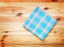 厨房 与空的红色桌布的木厨房用桌晚餐的 免版税库存图片