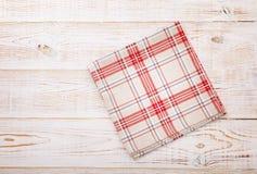 厨房 与空的红色桌布的木厨房用桌晚餐的 免版税库存照片