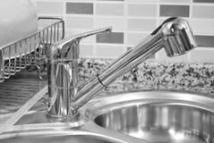 厨房水槽和轻拍 免版税库存照片