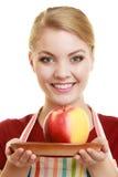 厨房围裙提供的苹果的主妇健康果子 图库摄影