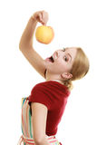 厨房围裙提供的苹果的主妇健康果子 免版税库存图片