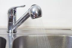厨房水龙头和水槽 免版税库存图片