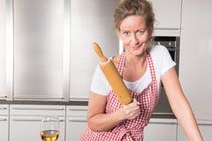 厨房drinkng酒的妇女 库存照片