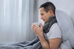 去严肃的男性收养喝咖啡 免版税图库摄影