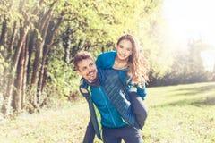 去为肩扛的一对快乐的夫妇的画象乘坐 免版税图库摄影
