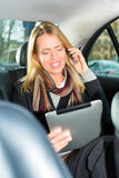 去乘出租汽车的妇女,她是在电话 免版税库存照片