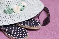 去休假在海滩 保护免受太阳和一个对的帽子太阳镜 海滩运动鞋 反对背景o 免版税库存照片