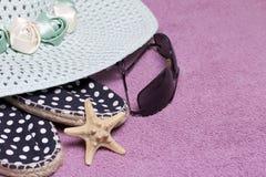 去休假在海滩 保护免受太阳和一个对的帽子太阳镜 海滩运动鞋 海星 反对ba 库存图片