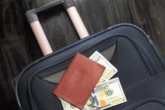去休假,袋子金钱美元和护照 免版税库存图片