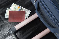 去休假,袋子金钱美元和护照 图库摄影