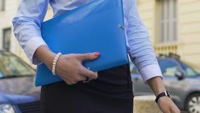 去会见的妇女商务伙伴签署关于合作的协议 股票视频