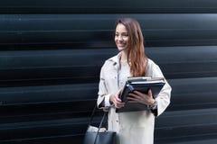 去办公室的年轻美丽的女实业家画象  免版税库存图片