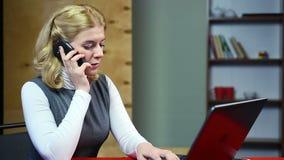 去勤勉的秘书回复电话和控制 负责的妇女 股票录像
