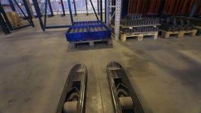 去叉架起货车的顶视图用金属宿营装载箱子 码垛车 股票录像