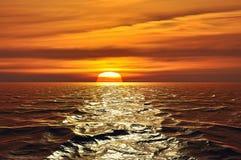 去在天际后的太阳 免版税图库摄影