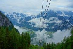 去在登上Krippenstein,上奥地利的Dachstein山的缆车教练 库存图片