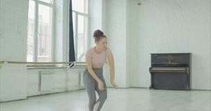 去失望的女性的舞蹈家敲打 影视素材