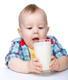 去少许牛奶的男孩逗人喜爱的饮料玻&# 免版税库存照片