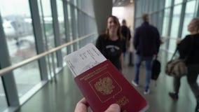 去年轻的夫妇在机场装门 股票录像
