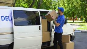 去掉从搬运车,搬家公司服务,拆迁企业的传讯者箱子 影视素材