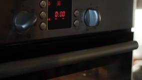 去掉从烤箱的现成的海绵蛋糕,一个完全过程 股票视频