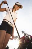 去掉从高尔夫球袋的高尔夫球运动员铁。 免版税库存照片