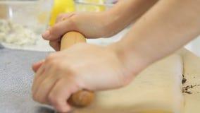 去掉奶油在饼干中间,当烹调与蓝莓时的乳酪奶油蛋糕 股票视频