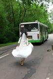 去新娘公共汽车运行 免版税库存图片