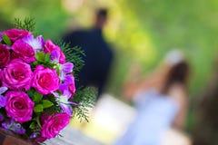 去最近走花束新娘的夫妇婚姻 库存照片