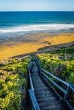 去海洋的木台阶在响铃中在大洋路靠岸, 免版税库存照片