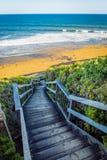 去海的木台阶在响铃中在大洋路靠岸, 库存图片