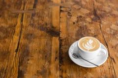 去的咖啡在与拿铁艺术的木桌上 街道咖啡 复制空间 免版税图库摄影