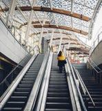 去的妇女自动扶梯在米兰,意大利 免版税库存照片