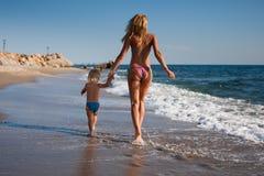 去的母亲海滨儿子 图库摄影