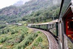 去艰难在它的途中对莫达尔驻地和横渡与另一个的著名挪威Flamsbana火车去下坡 免版税库存照片